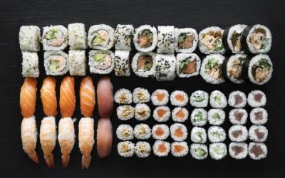 W jakich daniach specjalizują się restauracje Sushi World?